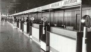Foto en blanc i negre dels taulells d'Iberia buits a causa de la paralització dels aeroports en protesta contra el segrest d'avions
