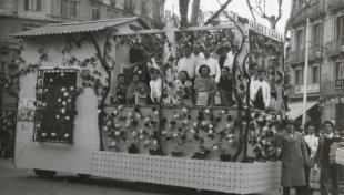 """Foto en blanc i negre de la comparsa """"El pati andalús"""" guanyadora del 4 ° premi en la desfilada de Passeig de Gràcia."""
