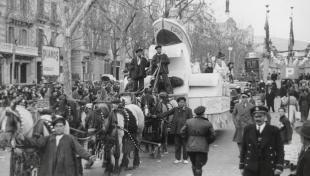 """Foto en blanc i negre de la comparsa """"Eupartol"""", guanyadora del III Premi Industrial, a la desfilada del Passeig de Gràcia."""