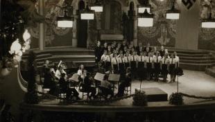 Foto en blanc i negre de les Joventuts Hitlerianes a l'escenari durant el concert del Palau de la Música