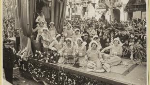 Fotografia en blanc i negre de noies a una carrossa de carnaval al passeig de Gràcia