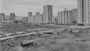Foto en blanc i negre. Es veuen els edificis de pisos del nou barri del Sud-Oest del Besòs