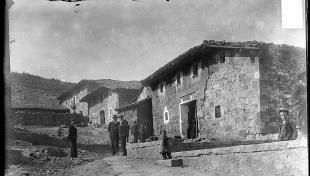 Gent al carrer al poble de Molinos del Duero