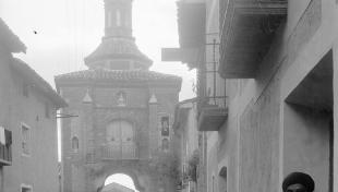 noia de Muniesa. Al fons la capella de la Virgen de la Aliaga