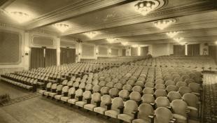 Foto en blanc i negre del pati de butaques buit al Cinema Fèmina
