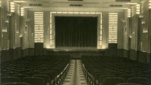 Foto en blanc i negre de l'interior de la sala del cinema Metropol
