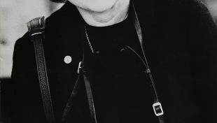 Retrat en blanc i negre de la fotògrafa Carme Garcia