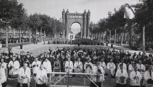 Foto en blanc i negre de 20.000 homes al Passeig de Lluis Companys fent la comunió davant d'Arc de Triomf