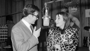 Es veu el locutor Constantino Romero entrevistant a Núria Espert a Ràdio Barcelona.