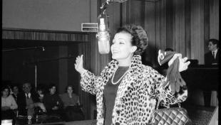 Foto en blanc i negre de retrat de Carmen Sevilla al micròfon a Ràdio Barcelona