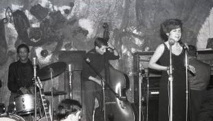 Foto en blanc i negre de l'actuació al club Jamboree de Núria Feliu i Tete Montoliu