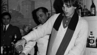 Foto en blanc i negre de Miguel Bosé servint còctels a la Terraza Martini
