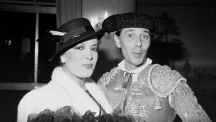 Foto en blanc i negre d' Ágata Lys i Àngel Pavlovsky vestit de torero a la Terraza Martini
