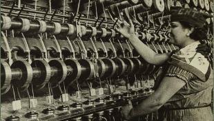 es veu noia treballant davant un teler amb fils de cànem