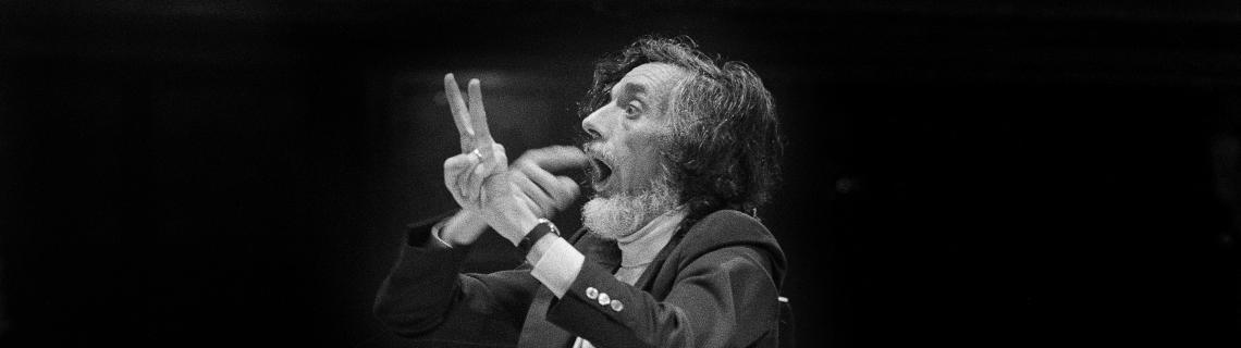 Es veu Oriol Martorell dirigint la Coral Sant Jordi, 1974