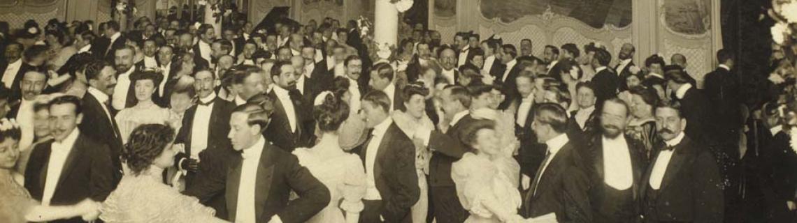 Foto en blanco y negro de un baile de gala en la Maison Dorée