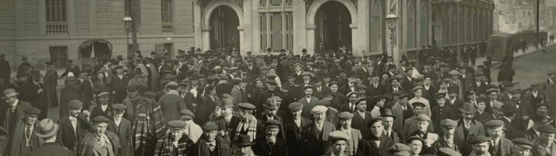 Foto en blanc i negre de gentada davant el baixador de tren de Passeig de Gràcia