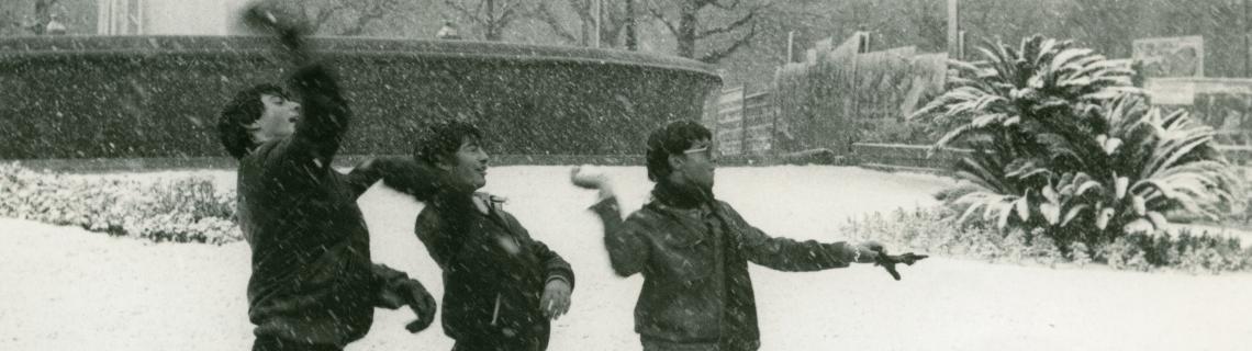 nens jugant amb la neu