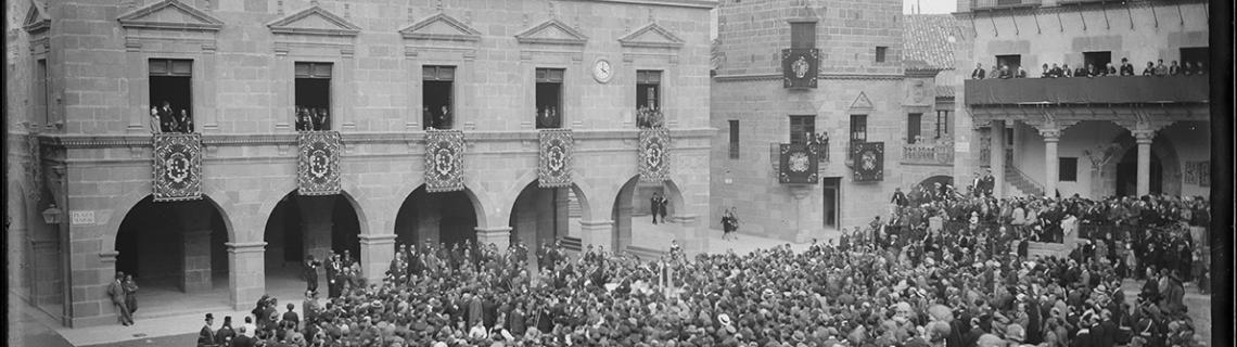 Inauguració del Poble Espanyol amb gent