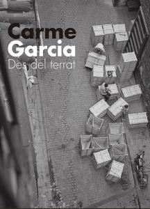 Foto en blanco y negro de la calle d 'en Carabassa con gente trabajando cerrando cajas de madera