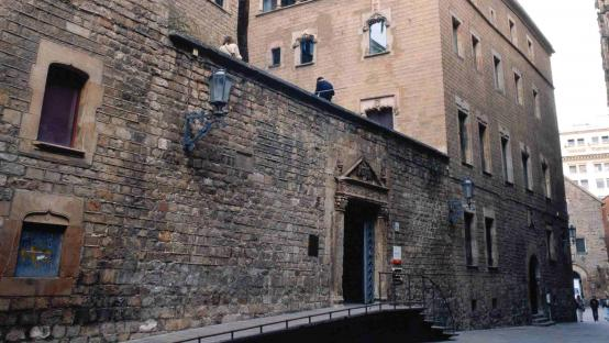 Fotografía de la fachada de la Casa de l'Ardiaca en la calle de Santa Llúcia. Autor Jordi Calafell