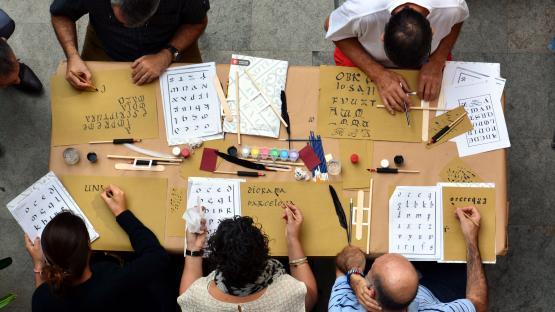 Fotografía de detalle del taller de caligráfica gótica y letras capitales realizado en el Archivo Histórico de la Ciudad de Barcelona, el 30 de septiembre de 2017