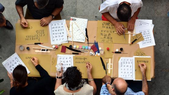 Fotografia del taller de caligrafica gòtica i caplletres realitzat a l'Arxiu Històric de la Ciutat de Barcelona, el 30 de setembre de 2017