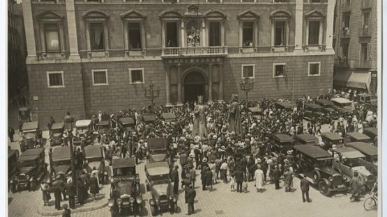 Diada de Corpus. Gegants a la plaça Sant Jaume 1930. AHCB J. Dominguez. Arxiu Fotogràfic de Barcelona 21347