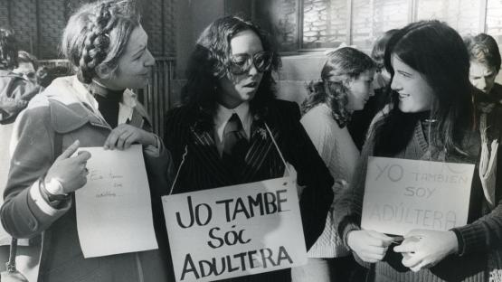 Manifestació feminista. Les periodistes Maruja Torres i Milagros Pérez Oliva.