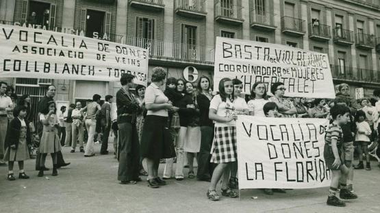 Protesta d'un grup de dones de diferents associacions de l'Hospitalet amb pancartes reivindicatives en contra de les violacions.