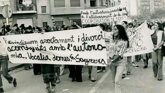 Manifestació per l'autodeterminació. Dones amb pancartes reivindicant l'alliberament de la dona amb l'autodeterminació.
