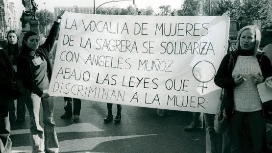Manifestació feminista a favor de María Angeles Muñoz acusada d'adulteri i a la que volien prendre la seva filla. Grup de dones amb una pancarta.