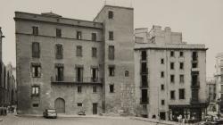 Fotografia de la façana de l'Arxiu Històric de la Ciutat de Barcelona al Pla de la Seu. 1955. Foto de l'AFB