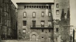 Fotografia de la façana remodelada de l'Arxiu Històric de la Ciutat de Barcelona al Pla de la Seu. 1962. Fotop de l'AFB
