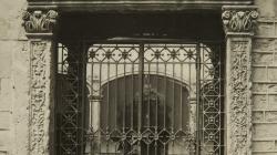 Fotografía de la puerta barroca de la calle Santa Llúcia. Sin fecha. Foto del AFB