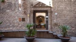 Fotografia de la porta de l'Arxiu Històric de la Ciutat de Barcelona, al carrer de Santa Llúcia. Foto d'Eva Guillamet