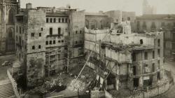 Fotografia de l'enderroc de les cases adossades a la Casa de l'Ardiaca, el 1957, en l'actual avinguda de la Catedral .  Foto de l'AFB