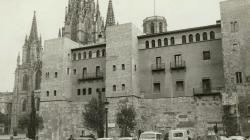 Fotografia de la façana de l'Arxiu Històric de la Ciutat de Barcelona a l'avinguda de la Catedral el 1962. Foto de l'AFB