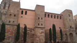 Fotografia de la façana de l'Arxiu Històric de la Ciutat de Barcelona a l'avinguda de la Catedral