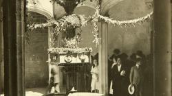 Fotografia del pati Casa de l'Ardiaca guarnit per al Corpus al 1923. Foto de l'AFB