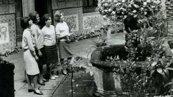 """Patio de la Casa de l'Ardiaca en la festividad del Corpus de mayo de 1964, con el """"Ou com balla"""". Foto del AFB"""
