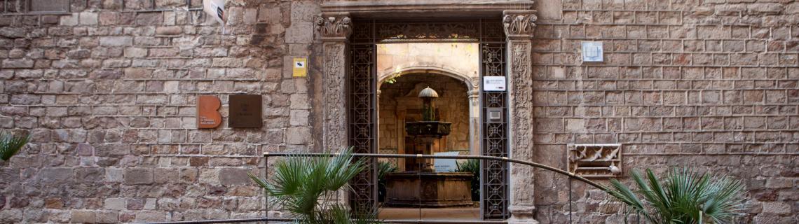 Fotografia de la porta barroca d'entrada a l'Arxiu Històric de la Ciutat de Barcelona pel carrer de Santa Llúcia