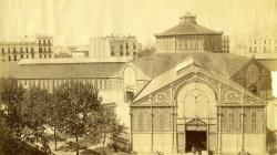 Fotografia de l'exterior del Mercat de Sant Antoni a finals del segle XIX. AFB. Autor: Antoni Esplugas. Fons Narcís Cuyàs.