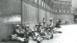 Fotografia de soldats descansant almercatdeSantAntonidurant la Setmana Tràgica, juliol de 1909. AFB. Autor: Frederic Ballell. Fons Frederic Ballell.