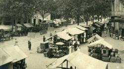 Fotografia del mercat dels Encants de Sant Antoni al carrer Comte d'Urgell l'any 1913. AFB. Autor: Frederic Ballell. Fons Frederic Ballell.