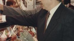 Fotografia d'una visita de l'alcalde Pasqual Maragall al mercat de Sant Antoni el 4 de maig de 1994. AMDE. Fons Ajuntament de Barcelona.