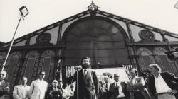 Fotografia en blanc i negre d'un acte de l'alcalde Narcís Serra al mercat de Sant Antoni. AMDE. Fons Ajuntament de Barcelona.