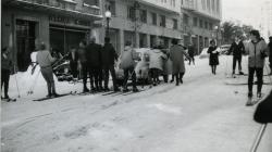 Grup de persones esquiant pels carrers del barri de Sarrià durant la nevada de l'any 1962