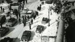 Trànsit i esquiadors a la confluència entre el carrer Balmes i la plaça Joaquim Folguera durant la nevada de l'any 1962