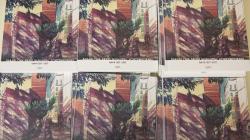 """Imatge de sis piles del nou llibre titulat """"Barcelona Arxiu Municipal Contemporani. AMCB 1917-2017"""". La portada del llibre està decorada amb un dibuix a mà alçada i a color de la façana de l'Arxiu Municipal Contemporani de Barcelona."""